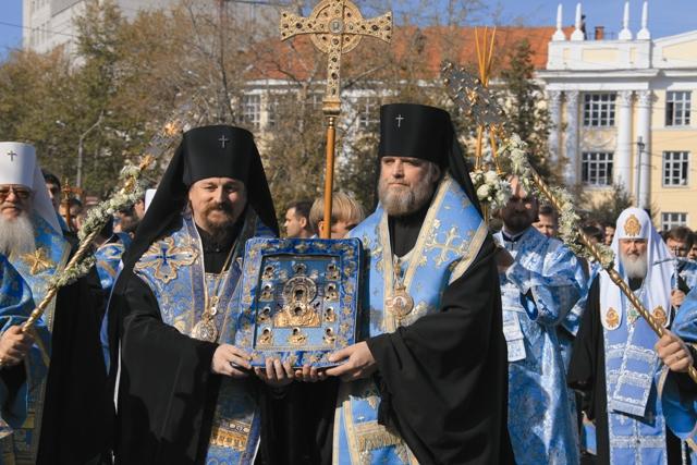 Когда священник приложил разрубленные татарами части иконы друг к другу, она мгновенно срослась