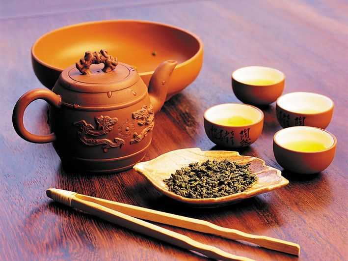 Чайная церемония начинается со знакомства: чай, который предстоит заварить, засыпают в чашу для вдыхания ароматов при помощи лопаточки (его не рекомендуется трогать руками).