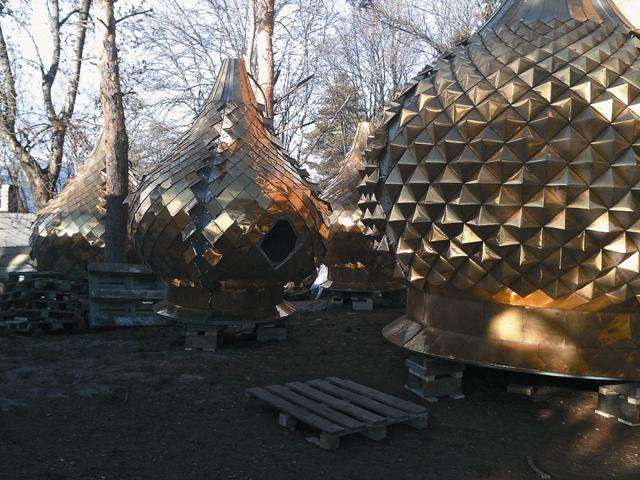 В мае 2011 года епископ Пятигорский и Черкесский Феофилакт освятил 10 колоколов, установленных на высоте более 40 метров, а в этом году на Рождество пришел черед золоченых куполов.