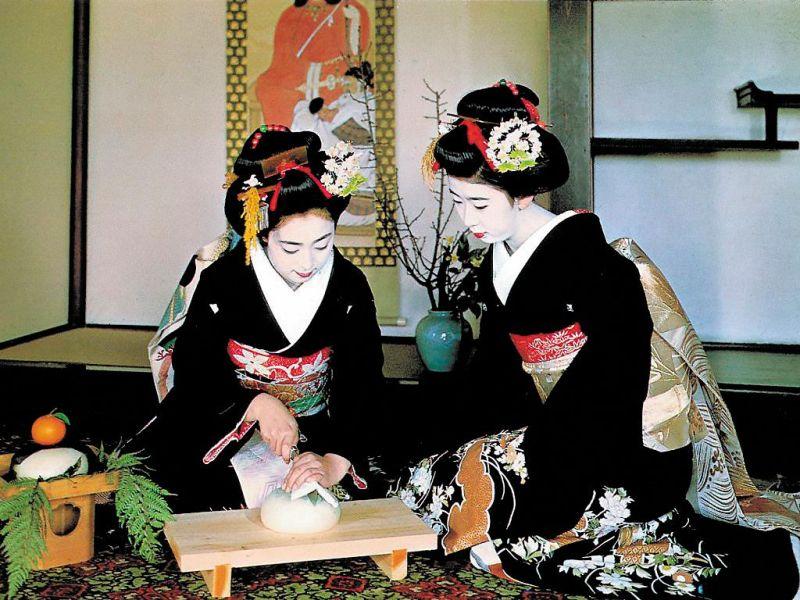 Церемония длится около 4 часов и состоит из трех этапов: прием пищи, распитие «густого», а затем «жидкого» чая.