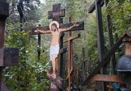 Несут сюда и маленькие крестики, и огромные тяжелые кресты. Никто не знает, сколько их на Грабарке. Говорят, в свое время сбились, насчитав семь тысяч