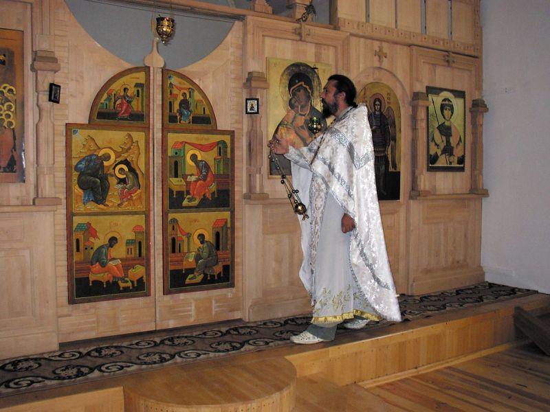 На службе батюшке приходится справляться одному: и за дьякона, и за алтарника, и за хор, и за чтеца.