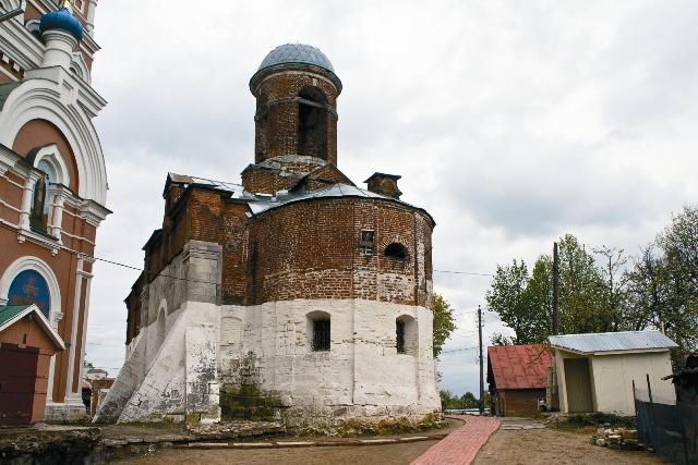 Якиманская церковь. Она построена на фундаменте древнего монастыря, от кото- рого осталась лишь одна стена XIV века – самое старое сооруже- ние Можайска.