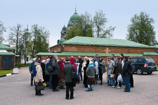 Опустошительные войны и советская власть сделали свое дело – на улицах очень мало старинных построек, а из 18 средневековых монастырей в городе остался лишь один. Тем не менее сюда приезжают со всего мира.