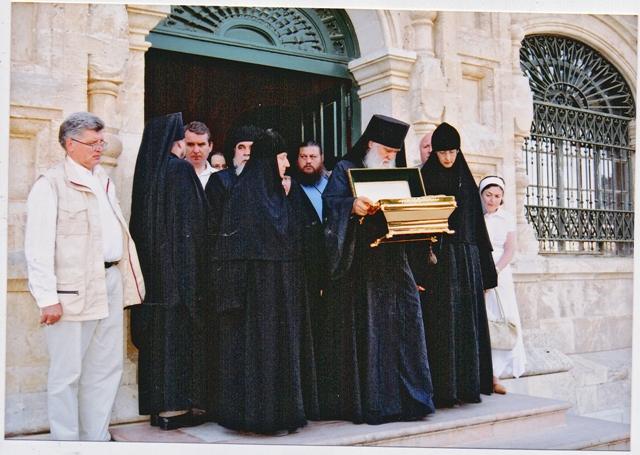 Епископ Бостонский Михаил выносит ковчег с мощами из монастыря в Иерусалиме