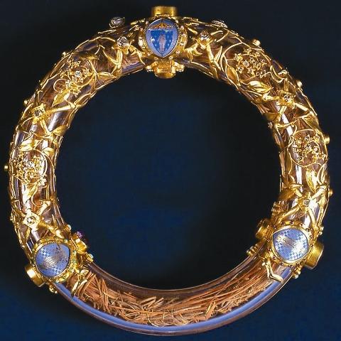 Венец помещен в хрустальное кольцо с золотой оправой. Диаметр Венца – 21 см