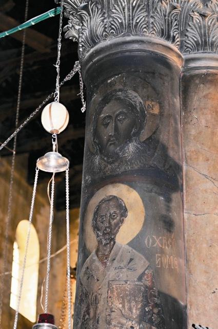 Лик Христа на одной из мраморных колонн по временам открывает и закрывает очи, иногда из них истекают слезы, от образа исходит сияние и благоухание