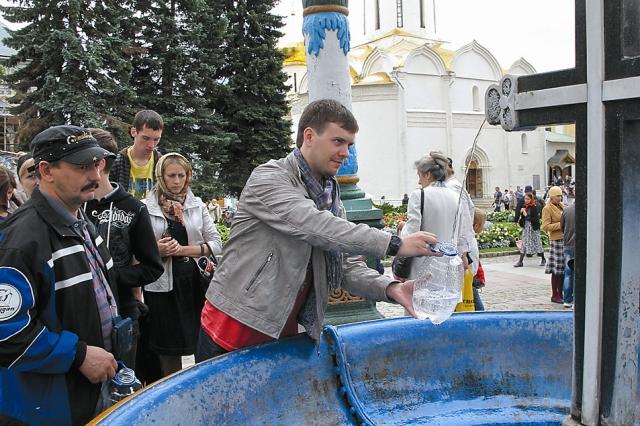 Воду от Преподобного Сергия люди везут домой, иногда за много сотен километров