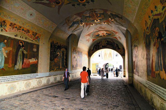 Войдя в монастырь, сразу попадаем в длинный переход, стены которого украшены фресками с житием Преподобного Сергия