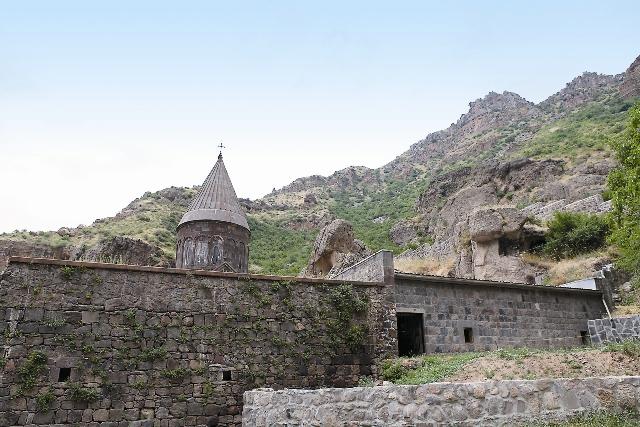 Вот уже 700 лет посетителей встречает звон колоколов онастыря Гегард, высеченного в скалах
