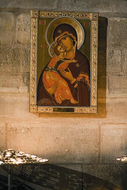 В Нотр-Дам де Пари рядом с алтарем находится православная икона Владимирской Божией Матери, подаренная патриархом Алексием II