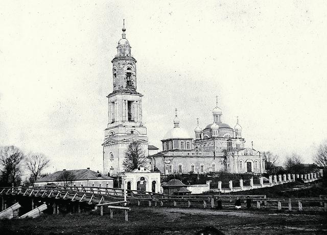 В конце 50-х годов XX века Воскресенский собор  разрушили, оставили только колокольню с маленькой крестильней,