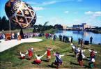 В местечке Вегревилль можно увидеть огромное пасхальное яйцо весом 2270 кг, раскрашенное в стиле украинской писанки