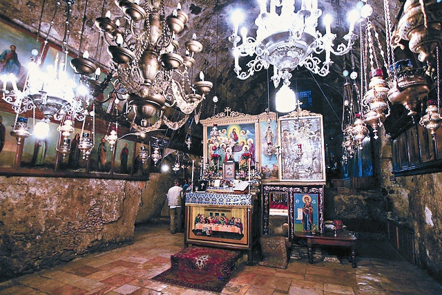 Вход в кувуклию. Справа православный престол