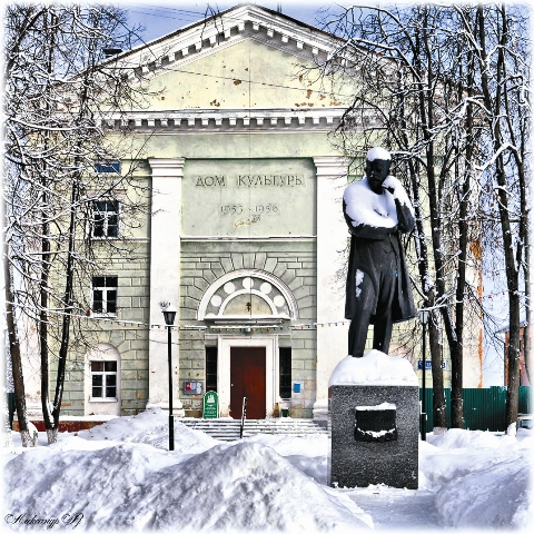 Дом культуры и памятник П.И. Чайковскому