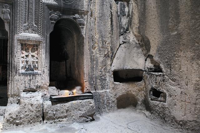 До наших дней сохранилась яма-темница, в которой 13 лет томился святой Григорий,  ставший первым Каталикосом всех армян