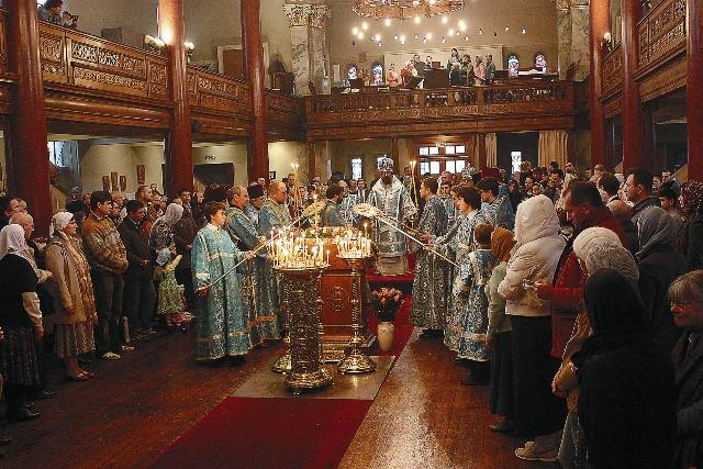 Епископ Сурожский Елисей совершает в кафедральном соборе Лондона молебн перед московской святыней