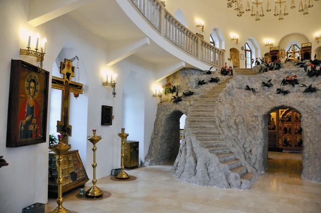 Стена алтаря нижнего храма была сделана в виде пещеры. Над ней возвышалась гора Фавор, устланная мхом, украшенная кустарниками и фигурками зверей