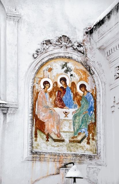 В храме сохранились старинные фрески и иконы.
