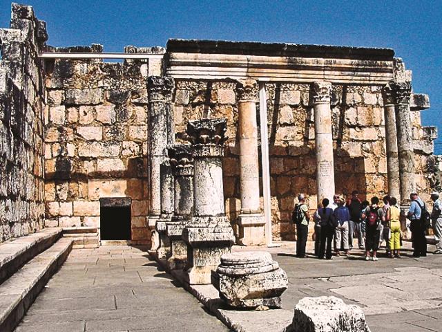 Капернаум – древний город, располагавшийся на северо-западном побережье Тивериадского моря (сейчас озеро Кинерет), в Галилее. Упоминается в Новом Завете как родной город апостолов Петра, Андрея, Иоанна и Иакова. Иисус Христос проповедовал в синагоге Капернаума и совершил в этом городе много чудес