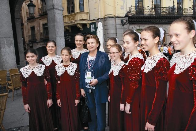 К праздникам Рождества и Пасхи девочки ставят музыкальные спектакли
