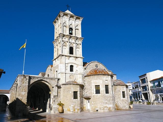 Некоторые историки утверждают, что первую церковь на этом месте воздвиг сам святой Лазарь