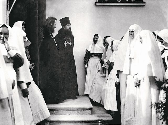 Отец Митрофан с сестрами Марфо-Мариинской обители