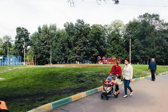 Молодые родители, гуляющие в парке, не подозревают, что ходят по костям именитых москвичей