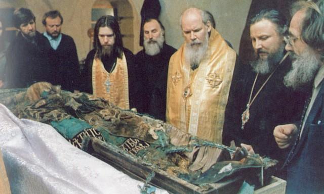 19 февраля 1992 года в Донском монастыре были обретены мощи святителя Тихона.