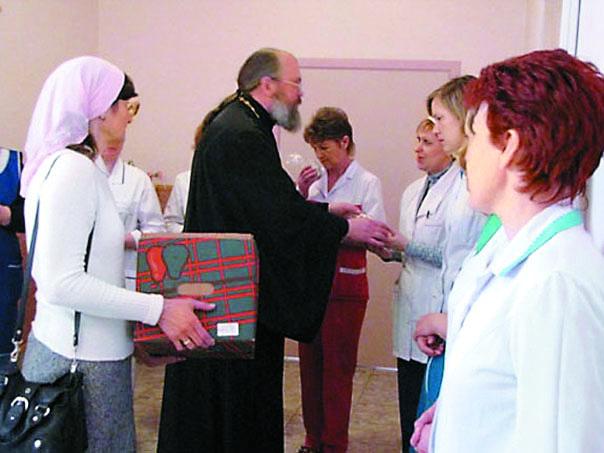Отец Константин всегда приходит к детям с подарками
