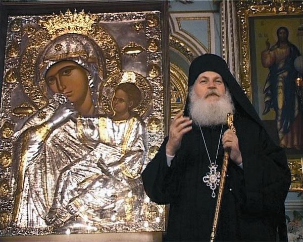 Настоятель Ватопедского монастыря игумен Ефрем у иконы «Отрада», или «Утешение»