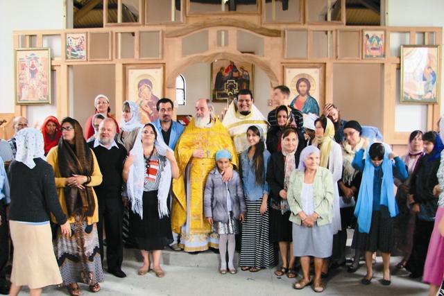 Отец Сергий и отец Игнатий с прихожанами
