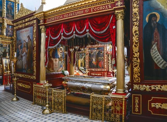 Серебряная рака с мощами главных псковских святых