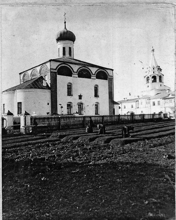 По преданию, вначале на одном из островов поселился пустынник Макарий, веригоносец, который и попросил князя об основании монастыря