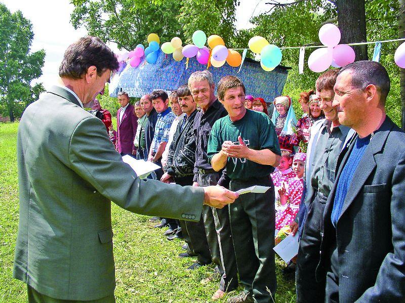 Председатель Геннадий Павлович Козлов на празднике вручает традиционные премии и подарки