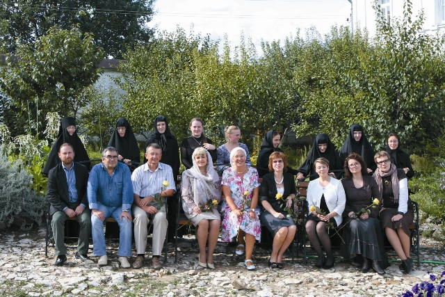 Преподаватели РГСУ со своими студентками – воспитанницами приюта