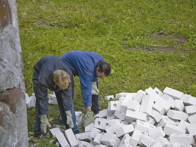 Прихожане регулярно устраивают субботники по расчистке территории от строительного мусора
