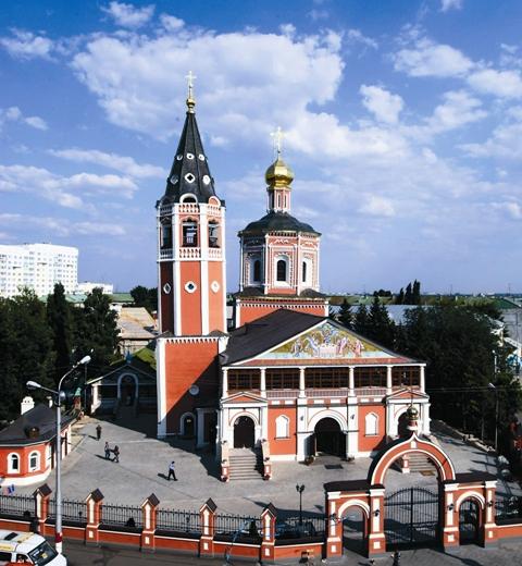 Посреди площади высится Свято-Троицкий кафедральный собор – самый ранний архитектурный памятник Саратова