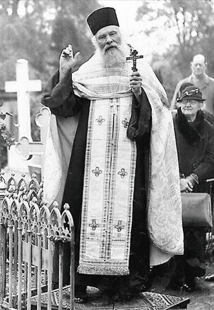 Несмотря на запрет появляться в лютеранском соборе в рясе, отец Леонид Колчев прошел туда в длинном пальто, которое потом снял, и в полном облачении отслужил православную панихиду у гроба императрицы