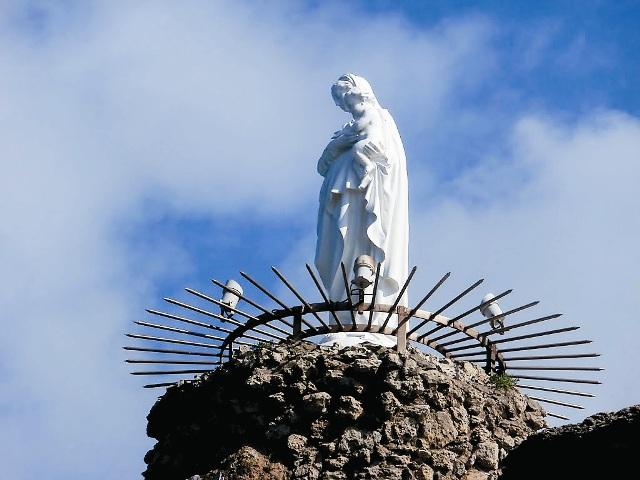 Скала Богородицы со статуей на вершине стала символом города Биарриц