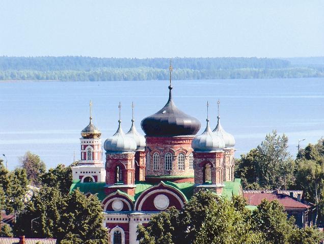 Город очень живописен – стоит на высоком берегу и с трех сторон омывается Волгой. Смоленский собор возвышается над рекой