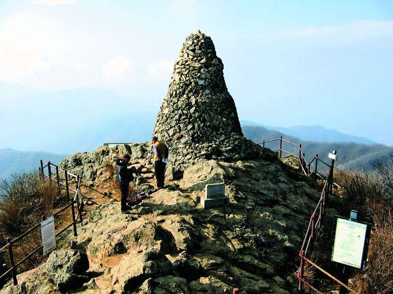 Такие дольмены (древние мегалитические сооружения) выкладывают корейцы