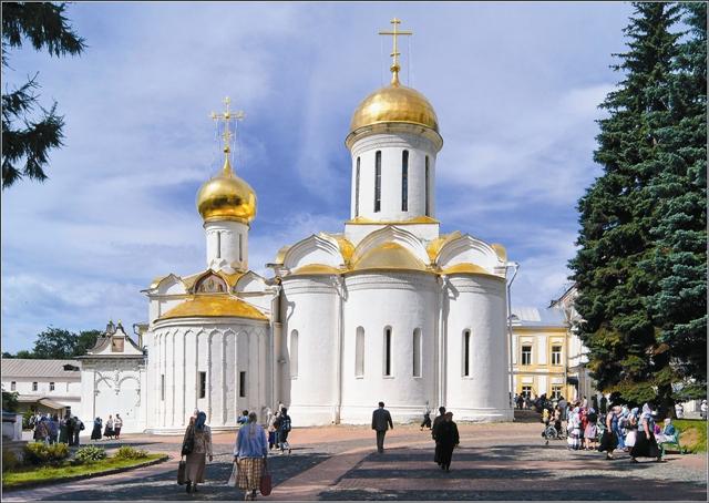 Троицкий собор расписывали Андрей Рублев и Даниил Черный, однако оригинальные фрески до нас не дошли