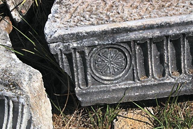 Христианская символика на развалинах в окрестностях города Лаодикия