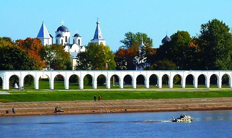 Через Новгород протекает река Волхов