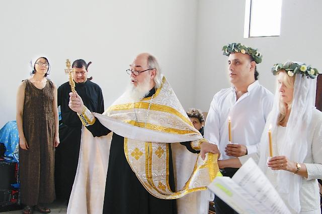 Венцов в церкви пока нет, но прихожане догадались нарвать белые цветы, чтобы сплести из них венки для жениха и невесты