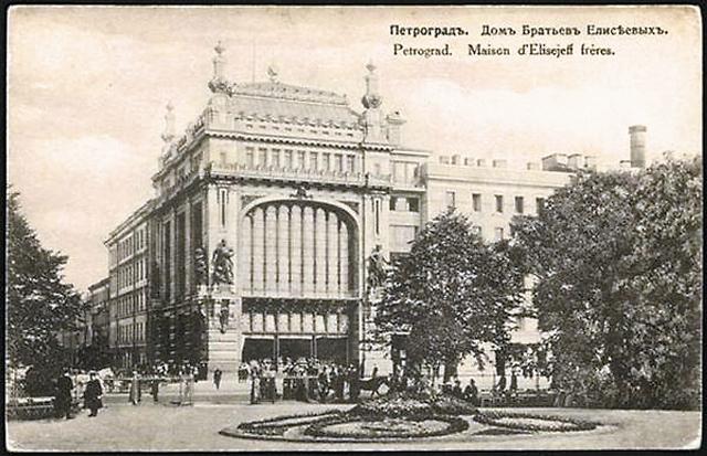 Санкт-Петербург в ожидании открытия витрины знаменитого Елисеевского магази