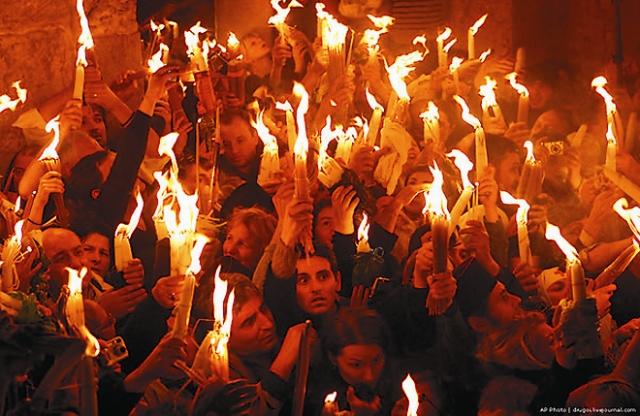 Ни свисающие детали одежды (концы платков, пояса), ни длинные волосы Огонь не поджигает. За всю историю нисхождения Благодатного огня не было ни одного случая пожара в храме.