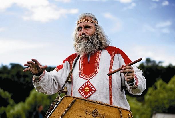 Здесь можно увидеть настоящего гусляра и послушать в его исполнении русские былины