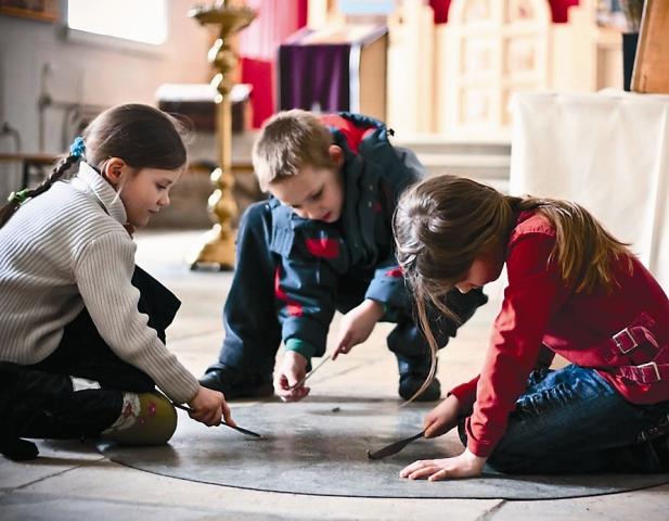 Дети готовят храм к Пасхе